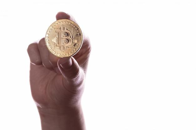 Криптовалютная монета с биткойнами в руках