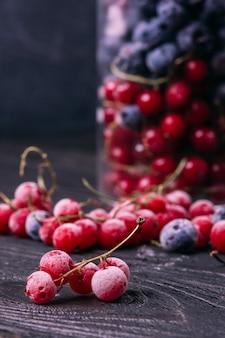 テーブルの上の霜で赤スグリの枝