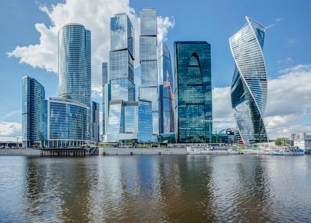 夏の日にモスクワの川の高層ビル