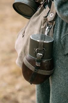 ドイツ兵の腰に水を飲むボトル