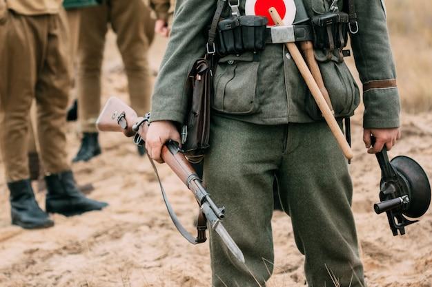 ライフル銃を手にした第二次世界大戦のドイツ国防軍
