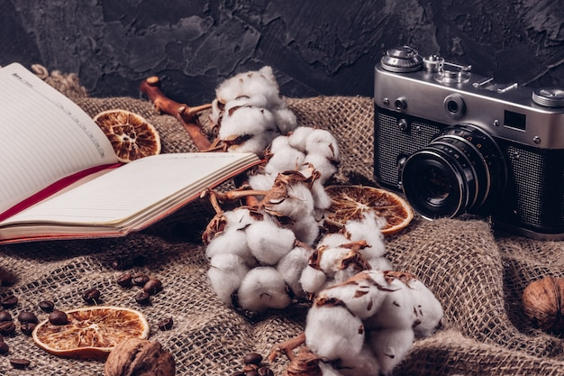 綿と素朴なスタイルの組成のメモ帳でレトロなカメラ