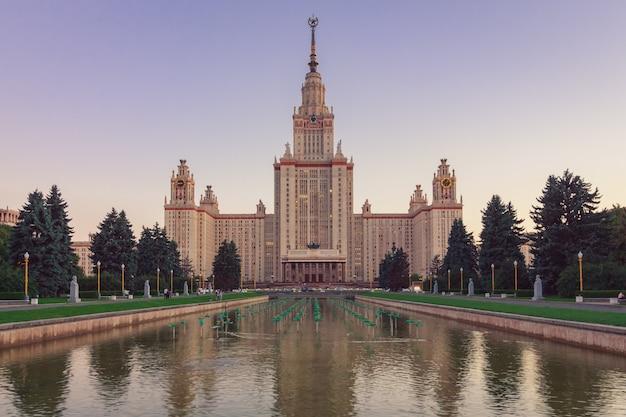 手前に池のあるモスクワ州立大学の建物