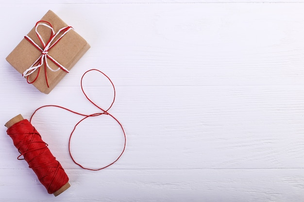 Подарок и веревка с восьмеркой нити. женский день концепция, баннер, копией пространства, пустой.