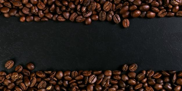 Ароматные кофейные зерна на деревенском настольном фоне