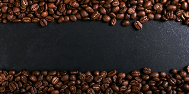 素朴な卓上、茶色のバナーの背景にアロマローストコーヒー豆。