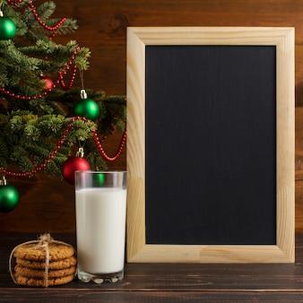 ミルク、クッキー、クリスマスツリーの下のウィッシュリスト