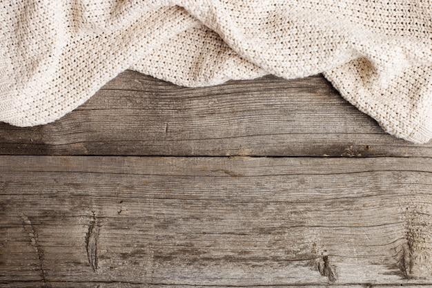 Вязаное одеяло на старом деревянном столе