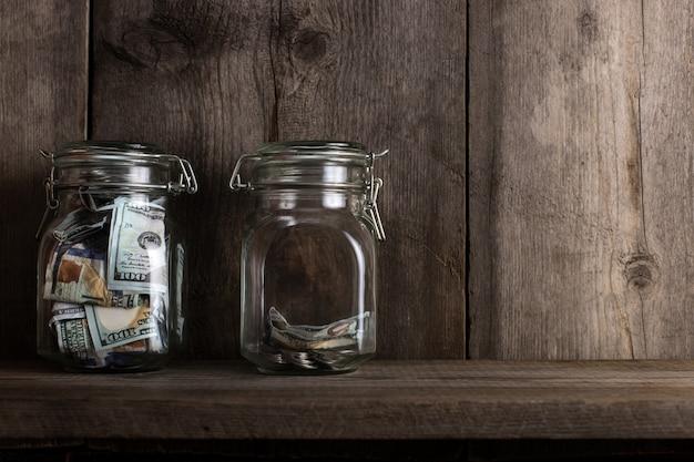 Две копилки с разным количеством денег и местом для текста