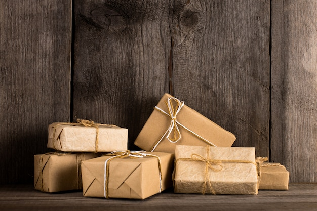 Подарок бумаги ремесла на старой деревянной предпосылке.