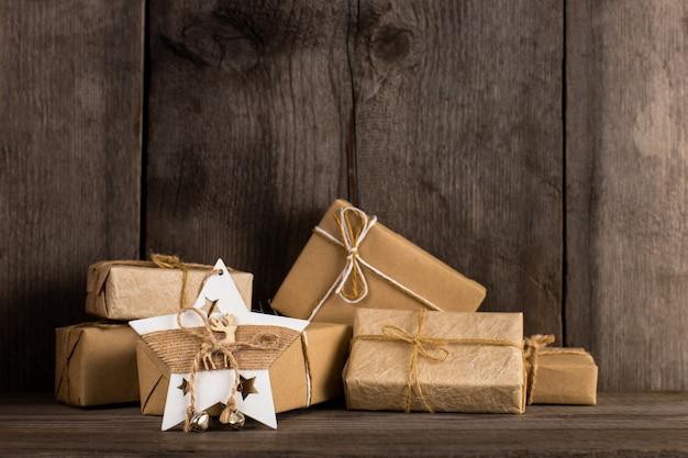 古い木製の本棚にクラフト紙の贈り物とクリスマスの星の飾り。