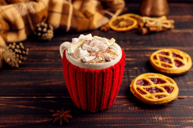 Чашка горячего напитка со взбитыми сливками и пудрой