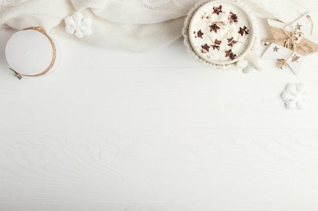 ホイップクリームとダスティングパウダーを含む熱い冬の飲み物