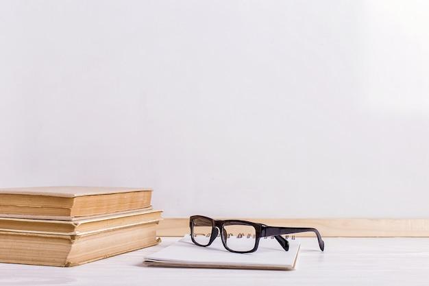 Книги и очки на столе