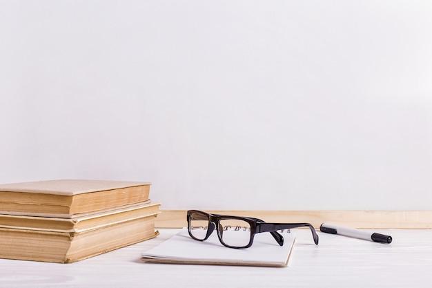 テーブルの上の本とメガネ
