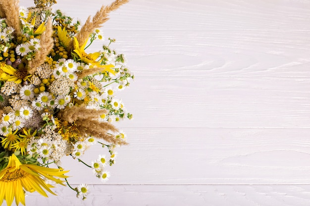 手作りの花瓶の野生の花