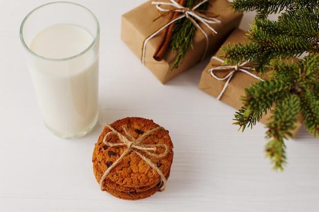 Молоко и печенье для деда мороза под елкой