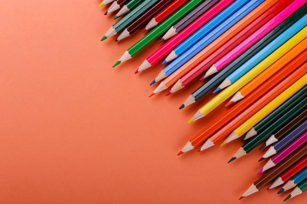 色鉛筆はサンゴに並んでいます