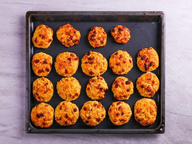 焼きたてのカッテージチーズとオートミールクッキーとレーズン。健康的な栄養、ダイエット食品。