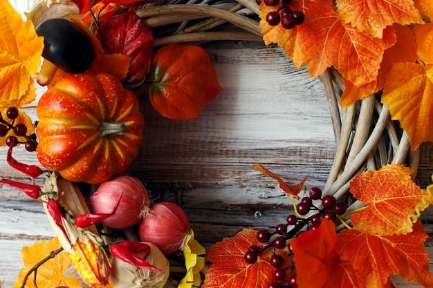 装飾的な花輪、秋をテーマにした
