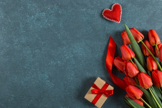 赤いチューリップ、ハート、青、はがき空白、春の休日、母の日ギフト。コピースペース。