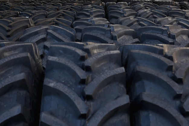 農業機械の大規模な倉庫で、大型プロテクター付きトラクタータイヤ。