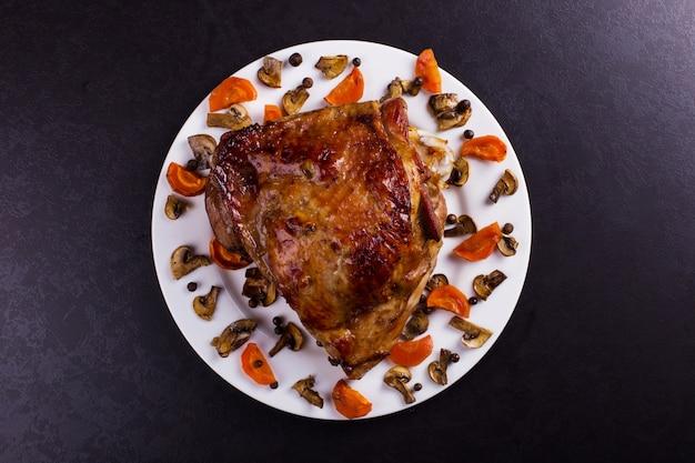 太ももの七面鳥は、黒い石の背景にスパイスでオーブンで焼きました。健康食品。感謝祭のディナー。