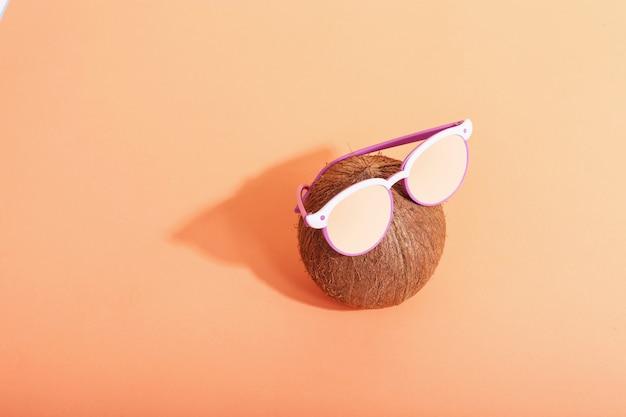 メガネとココナッツ、朝は太陽からの厳しい影です。