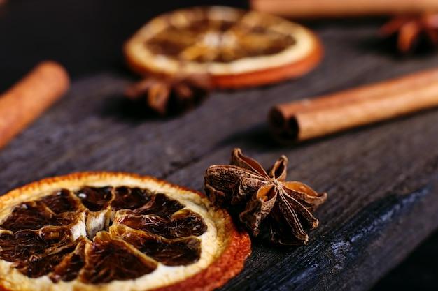 Палочки корицы, аниса и сушеного апельсина на кухонном столе