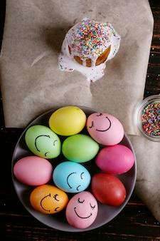 Пасхальная выпечка с глазурью и цветной пудрой и яйцами