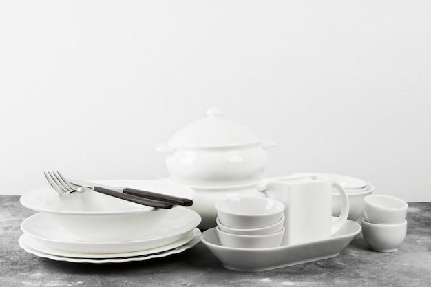 灰色の背景にきれいな白い食器。