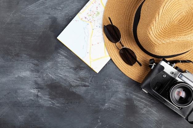 テーブル、黒の背景に旅行アクセサリー。上面図。コピースペース