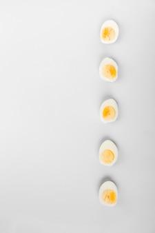 ゆで卵の半分の卵黄と白