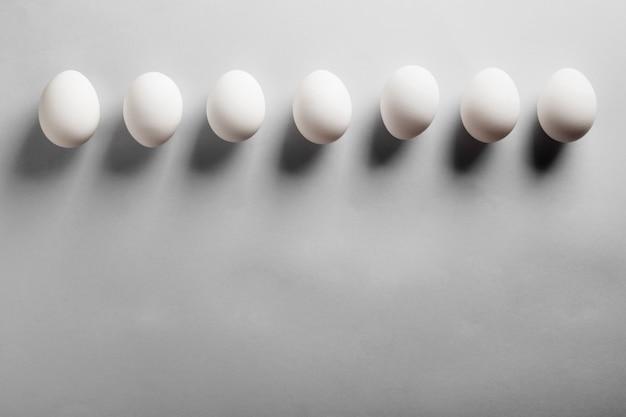 白い卵の深い影