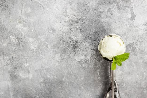 スプーンでミントアイスクリーム
