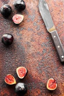 新鮮なイチジクと木製ハンドル付きナイフ