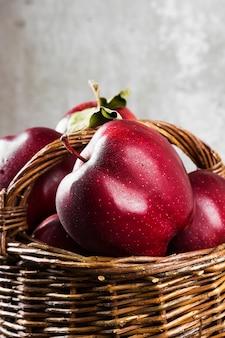 編みバスケットの赤いリンゴ