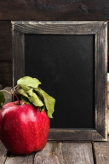 Яблоко и доска