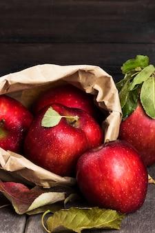 紙のパッケージにリンゴ