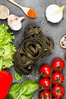 ほうれん草と調理用食材のタリアテッレの生パスタ