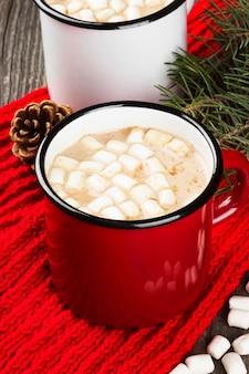 Чашка горячего какао со сливками и зефиром на темном