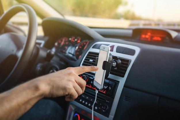 運転中に携帯電話を使用している人