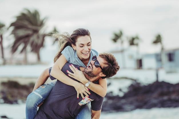 ビーチでのボーイフレンド