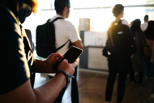 空港で電話を使用している人