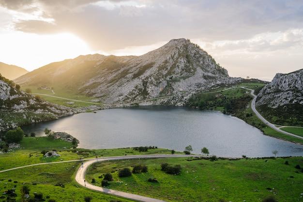 Горный пейзаж с озером на закате