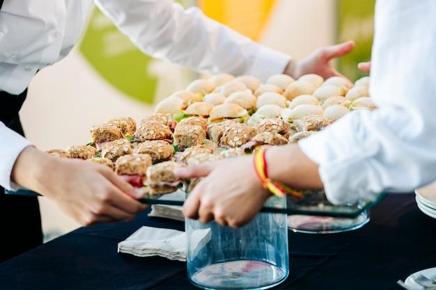 Официанты держат поднос с едой