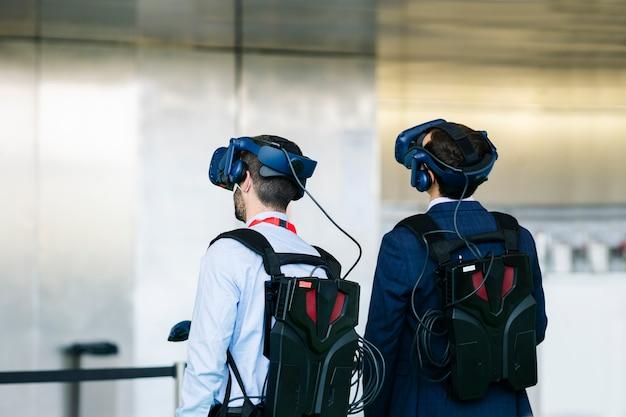 ビジネスマンは仮想現実の眼鏡をかけます