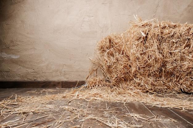 木製の床の背景と乾燥したわら
