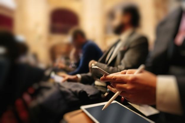 会議で携帯電話とタブレットを使用する