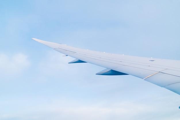 Крыло самолета видно из окна во время полета